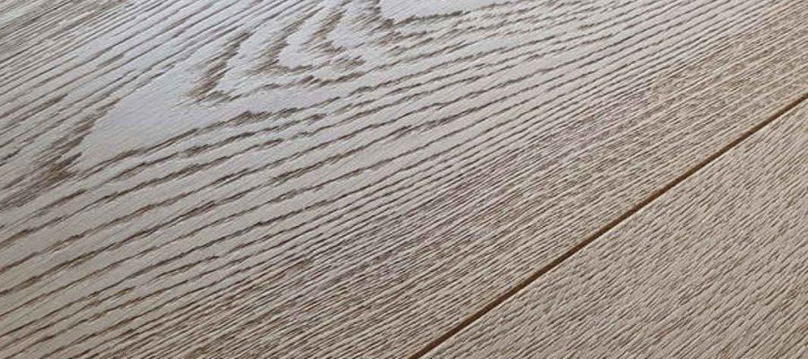 Tener unos buenos hábitos de mantenimiento alarga la durabilidad del suelo de madera, por eso es importante saber como se limpia el parquet.